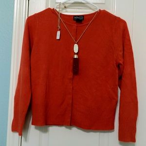 A gentle used cashmere (light sweater) in red.